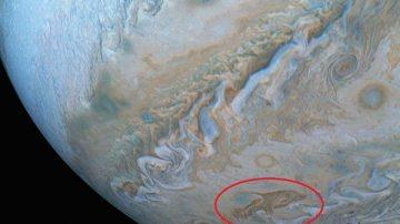 NASA在木星表面拍到巨大的「海豚」