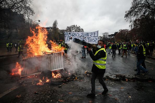 """""""黄背心""""诉求升级 法国政府称周六恐有大暴动"""