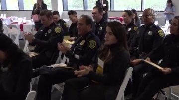 休斯頓警察首批中文培訓班結業