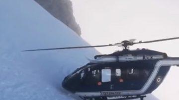搶救滑雪客 法直升機幾乎「踫壁」 傾斜