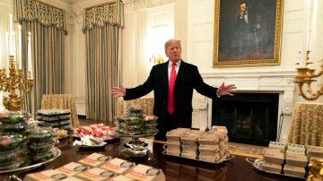 川普擺快餐招待橄欖球冠軍:1小時吃光1000漢堡