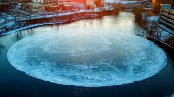 場面浩大!緬因州河面現巨大自轉冰盤