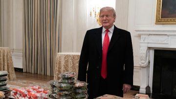 川普買快餐 白宮招待大學橄欖球冠軍隊