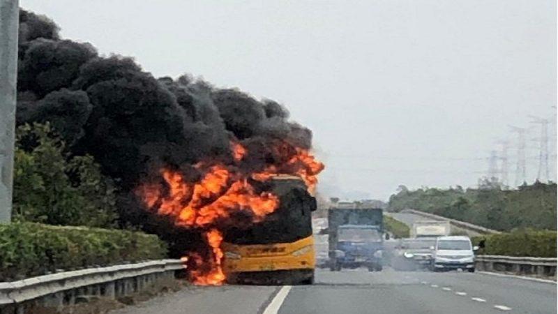 遊覽車突然冒煙爆炸 40多名港人及時下車逃生