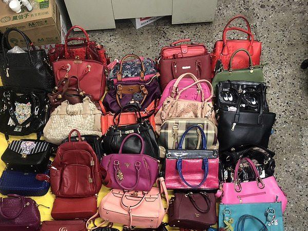 女囤逾50件皮包饰品 老公直到警察上门才知原因