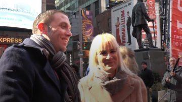 中西方人浪漫过情人节 纽约时代广场上演求婚